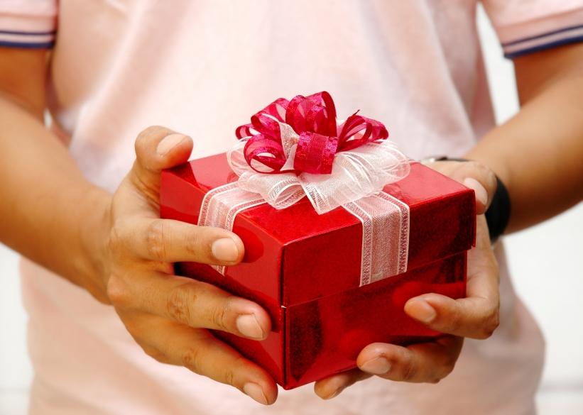 Детские руки с подарком 88
